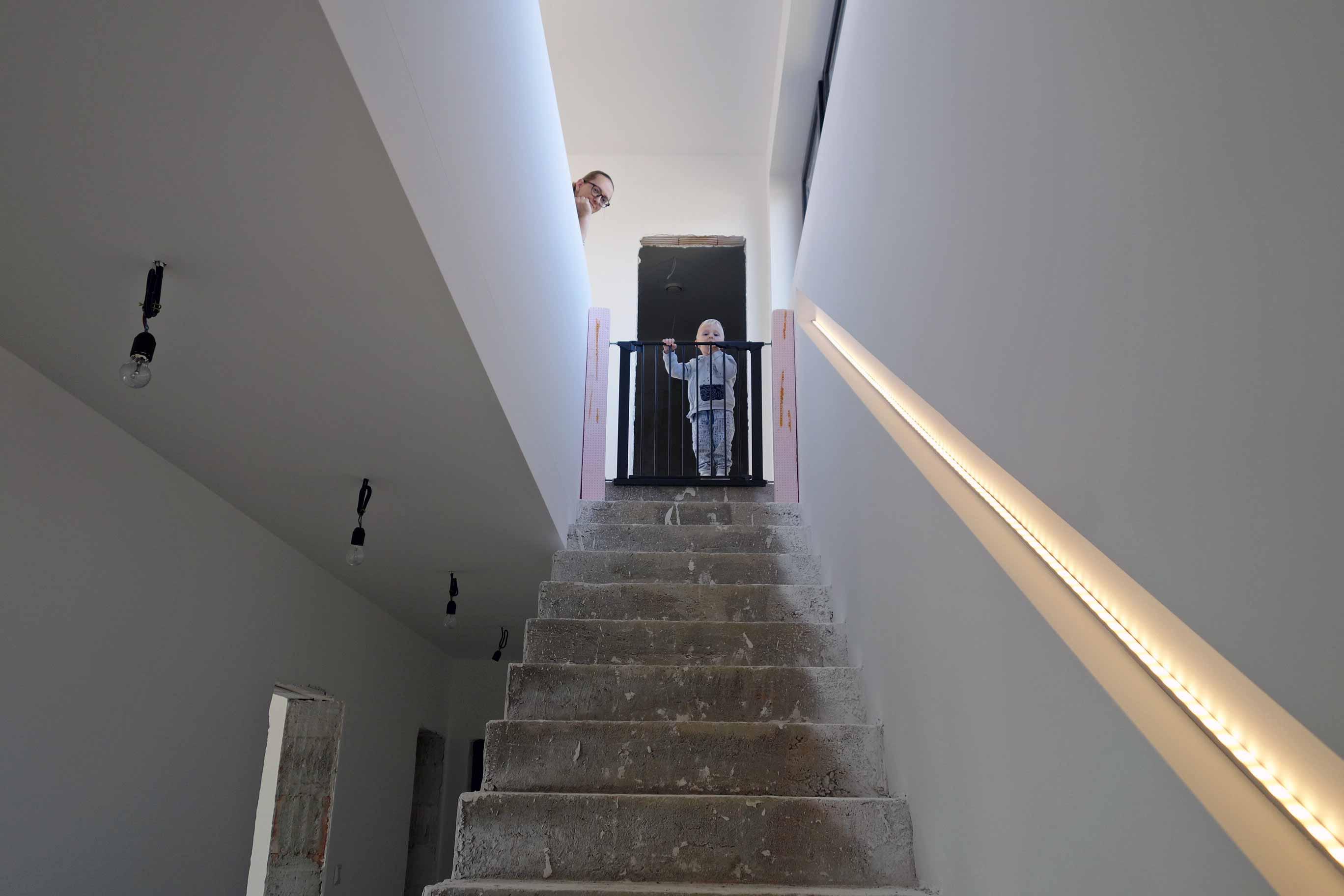 interiér rodinného domu_osvetlené schodisko