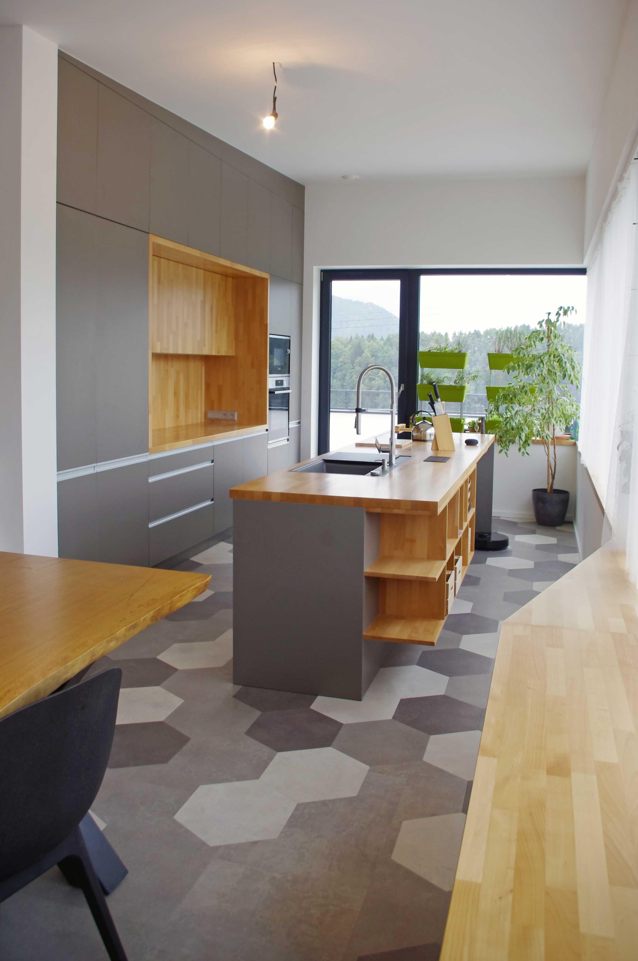 Interiér rodinného domu, otvorená kuchyňa s pracovným pultom